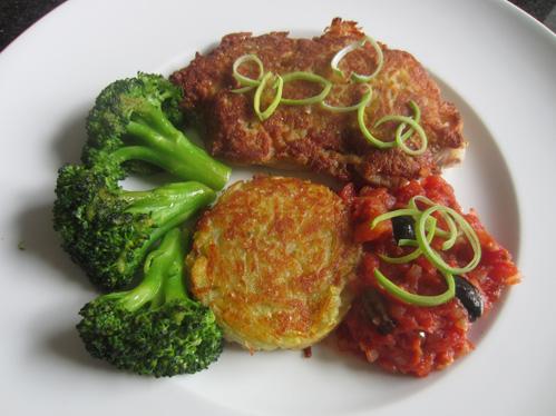 Schweinerückenschnitzel unter der Kartoffelkruste mit Brokkoli, Tomatenkompott und Kartoffelplätzchen