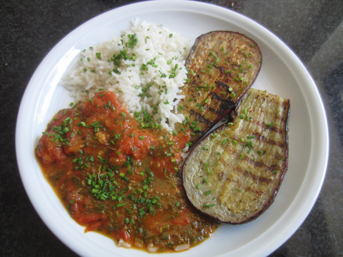 Auberginensteaks mit Schmortomaten und Reis