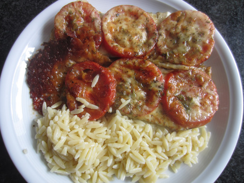 Auberginenscheiben mit Tomaten und Mozzarella überbacken