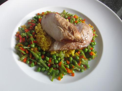 Hähnchenbrust auf Safran-Risottoreis im Gemüsekranz