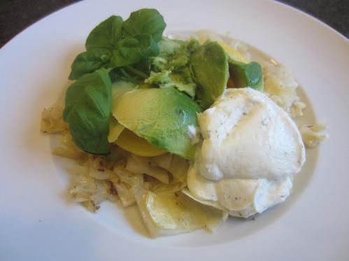 Pellkartoffeln mit Avocado und Sour Cream auf Spitzkohl