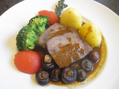 Rindernussbraten geschmort in Rotwein-Johannisbeersauce mit Champignons und Broccoli