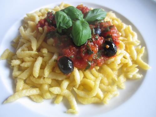Tomatensauce mit ganzen Oliven auf Spätzle