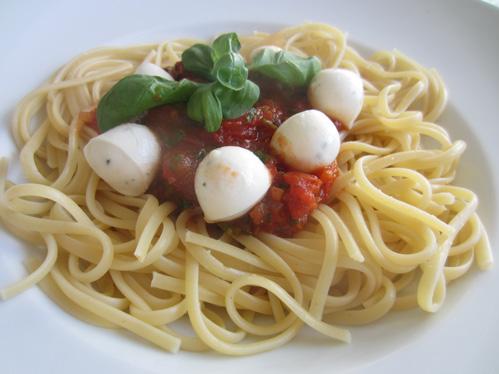 Tomatensauce mit Mozzarellakugeln auf Linguinen