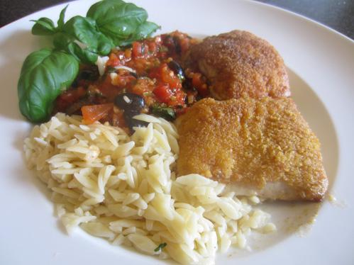 Fischfilets mit einer Kruste aus Erdnussflips an Tomatenkompott und Kritharaki