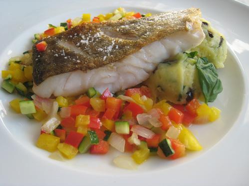 Skreifilet mit mediterranem Gemüse und Kartoffel-Oliven-Püree