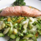 Lachsschnitte auf Spargel-Erbsen-Gemüse