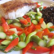 Spargel-Paprika-Gemüse mit Belugalinsen und Kabeljaufilet