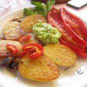 Gebratene Kartoffelhälften mit Spitzpaprika und Bärlauch-Hüttenkäse