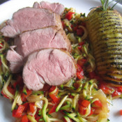 Medaillons vom Ibericoschwein auf Zucchini-Paprika-Gemüse mit Bärlauch-Kartoffelfächer
