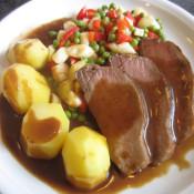 Wildschweinrücken mit Spargel-Paprika-Erbsen-Gemüse und Salzkartoffeln