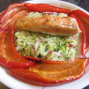 Lachsschnitte auf Zucchini-Radieschen-Julienne und Spitzpaprika
