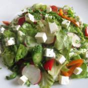 Blattsalat mit Tomaten, Paprika, Gurken, Radieschen und Ziegenkäse
