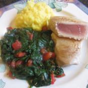 Filet vom weißen Thunfisch mit Babyspinat und Tomatenwürfeln