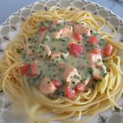 Lachs- und Tomatenfilets in Kräutersauce auf Spagetti