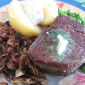 Sylter Filetsteak mit Zwiebeln, Pellkartoffel, Sour Cream und Erbsen