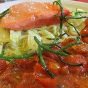Sockeyelachs auf Wirsing mit Schmortomaten und Salicorne
