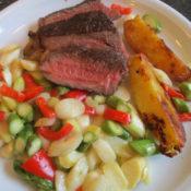 Rinderkotelett rückwärts gegart mit Spargel-Paprika-Gemüse und Kartoffelspalten