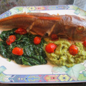 Knurrhahn auf Blattspinat mit Schmortomaten und Avocado-Kartoffel-Püree