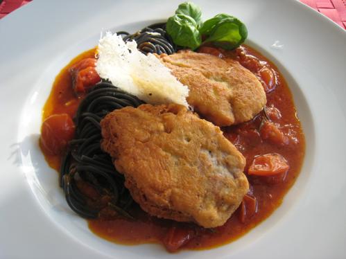 Piccata Milanese mit Tomatensugo und Tagliatelle