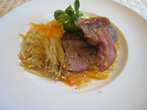 Rumpsteak mit Bacon, Enokipilzen und Rosenkohlpüree auf Möhren-Kohlrabi-Julienne
