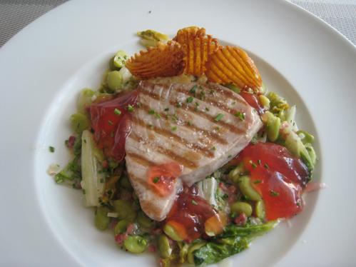 Tunfischsteak mit pikantem Rhabarbergelee auf Schinken, Bohnen und Salat