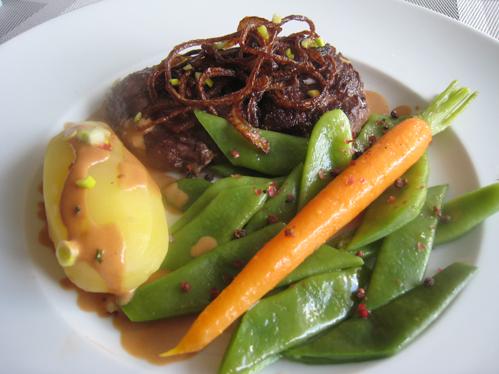 Entrecote mit frittierten Zwiebelringen an breiten Stangenbohnen und glasierten Möhren