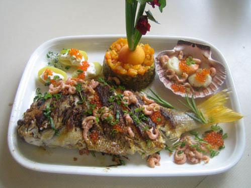 Gelbflossendorade mit Meeresfrüchten