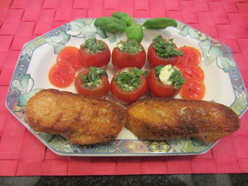 Tomaten mit Mozzarellafüllung und Knoblauch-Bruschetta