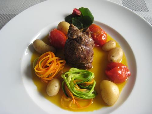Heidschnuckenhüfte im Tomaten-Olivenöl-Sud an Nestern aus Möhren- und Zucchininudeln