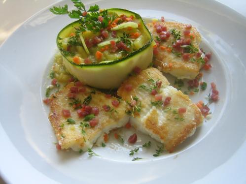 Steinbeißerbäckchen auf Kartoffel-Gurken-Salat