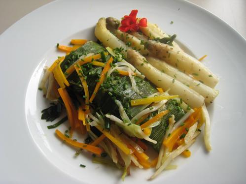 Seelachsloin im Lauchmantel auf dem Gemüsebett