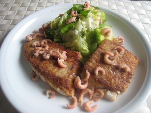 Seelachsfilet und Nordseekrabben an Blattsalat