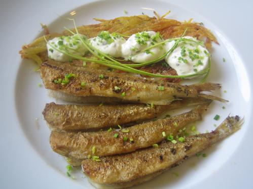Stinte mit Kartoffelstroh und Kräuterquark