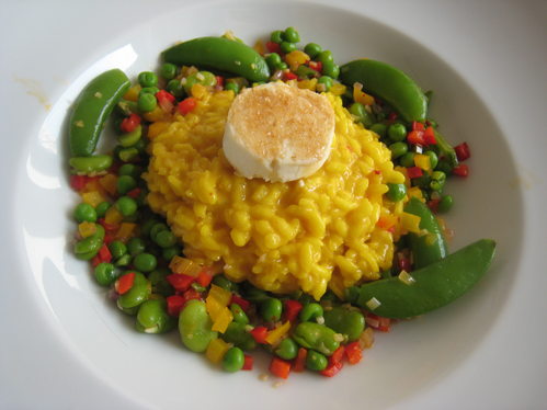Safran-Risotto mit überbackenen Ziegenkäsetalern und buntem Gemüse