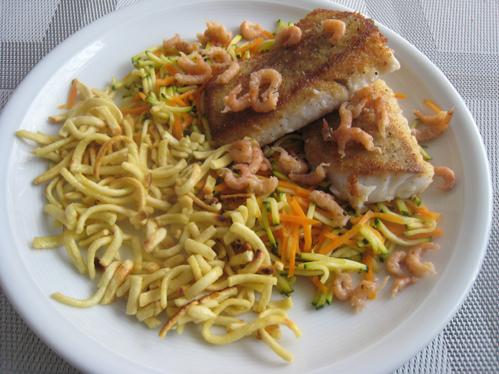 Seelachs-Rückenfilet und Krabben auf Möhren-Zucchini-Julienne mit gebratenen Spätzle