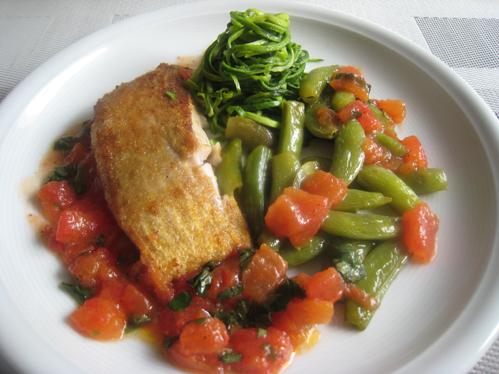 Seelachsfilet mit Zucchinispagetti, Zuckerschoten und Tomatenkonkassee