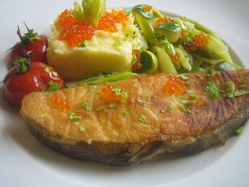 Tranchen vom schwarzen Heilbutt mit verschiedenen Gemüsen