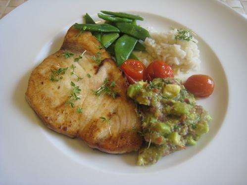 Schwertfischsteak mit Avocadosalsa, Bohnen und Tomaten