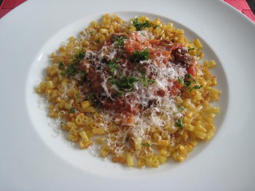 Makkaroni mit Tomaten-Bratwurst-Salsa