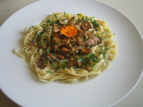 Pfifferlinge reinigen und im Pastanest servieren