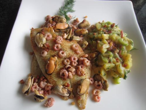 Schollenfilets mit Meeresfrüchten und gemischtem Kartoffelsalat