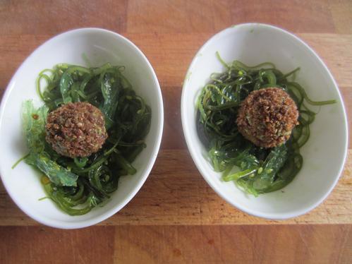 Basilikum-Ziegenkäsekugeln auf Goma-Wakame-Salat oder Kräuterquark