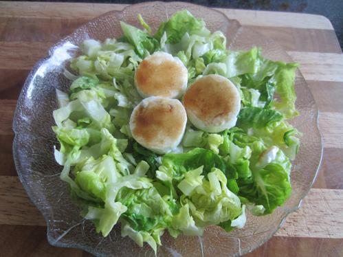 Überbackene Ziegenkäsetaler auf grünem Salat