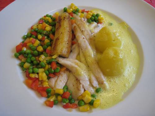 Degenfischfilets in Safransauce mit gebratener Banane und einem Gemüsemix