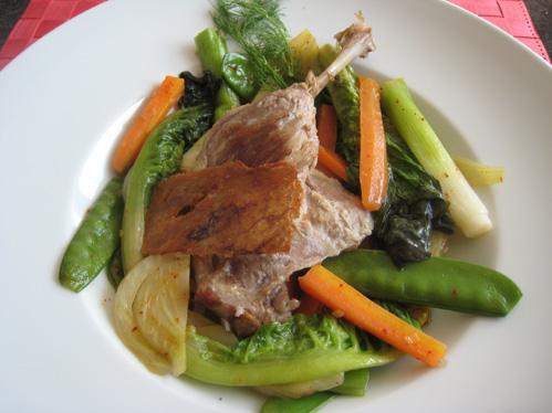 Pochierte Entenkeule mit krossem Hautfähnchen auf buntem Gemüse