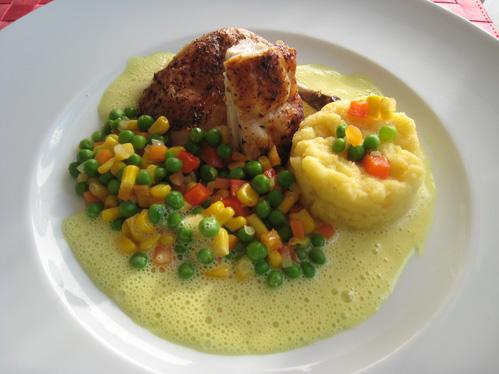 Maishähnchen in Safransauce mit Maisgrieß und buntem Gemüse