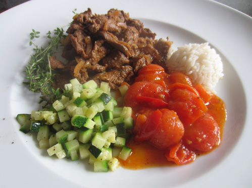Schrats Lammgyros mit Schmortomaten und Zucchiniwürfeln