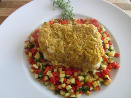Skreiloin unter der Kartoffelkruste auf Zucchini-Paprika-Gemüse