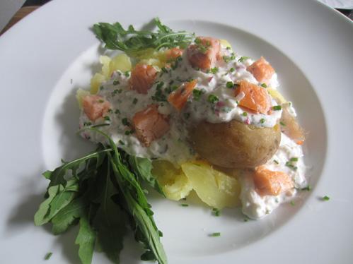 Ofenkartoffel mit Kräuterquark und Stremellachs